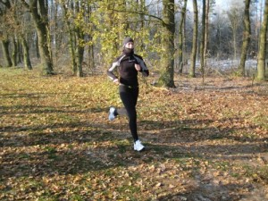 Kältegeschützte Sandra Ehlers beim Zieleinlauf als dritte Frau