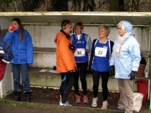 Läuferinnen von der LG Kreis Verden und frierende Helfer im Unterstand im Start-Ziel- Bereich